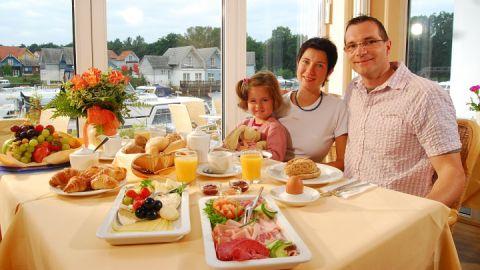 Frühstücksbuffet mit Blick auf den Yachthafen