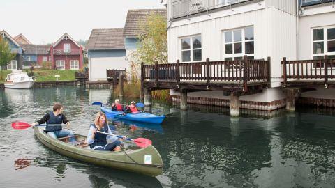 Familie paddelt im Hafen der Marina Wolfsbruch