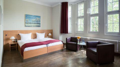gemütliches Zimmer teilweise mit Seeblick und Balkon