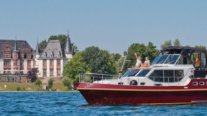 Hausboot auf der Müritz vor dem Schloss Klink