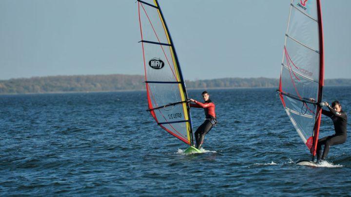Surfer auf der Müritz bei Klink
