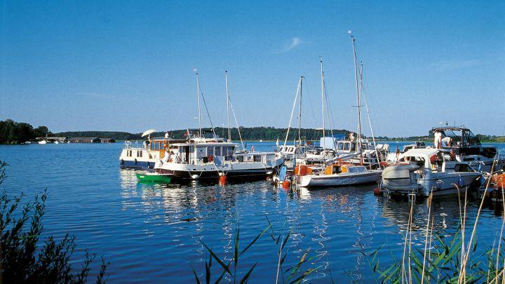 Segelboote im Hafen von Malchow, Mecklenburgische Seenplatte