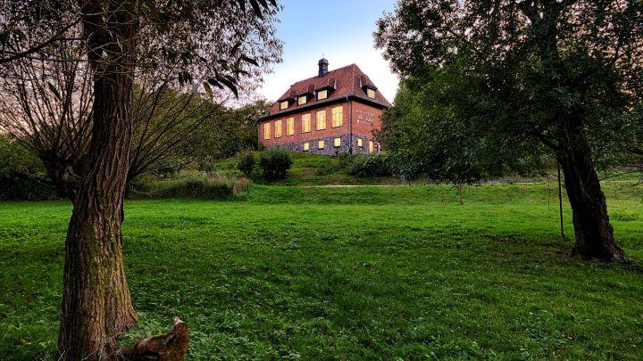 Das Hotel und Restaurant Alte Schule in Fürstenhagen mit Blick vom Dorfteich