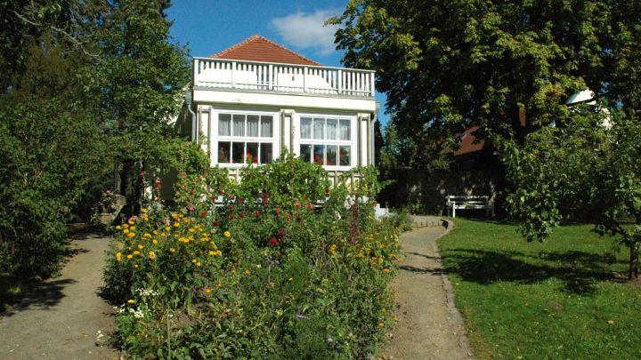 Blick vom Garten auf das Wohnhaus
