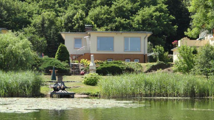Blick vom See auf das Ferienhaus