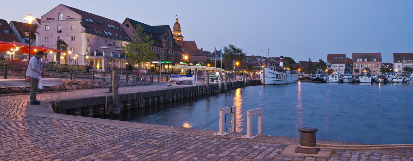 Hafenmole in Waren (Müritz) mit Stadtsilhouette